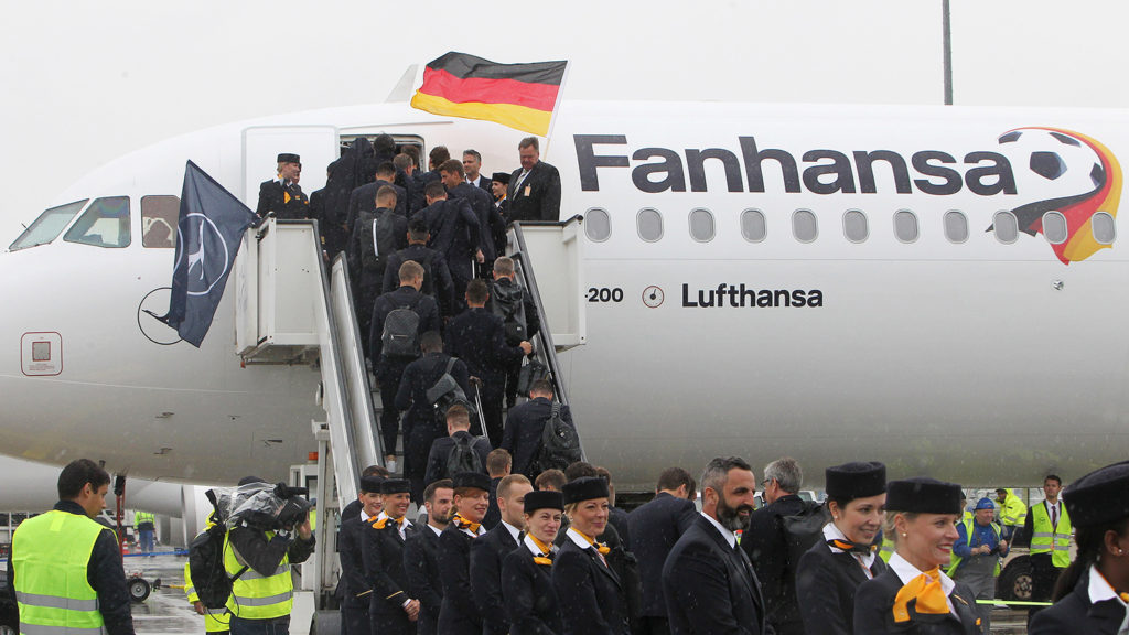 Players and members of the German national football team board their plane for Moscow to take part in the 2018 FIFA World Cup in Russiaon June 12, 2018 at their departure from Frankfurt international airport. / AFP PHOTO / Daniel ROLAND