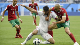 Iran's forward Karim Ansari Fard (C) challenges Morocco's forward Noureddine Amrabat (R) and Morocco's midfielder Hakim Ziyech during the Russia 2018 World Cup Group B football match between Morocco and Iran at the Saint Petersburg Stadium in Saint Petersburg on June 15, 2018. / AFP PHOTO / CHRISTOPHE SIMON / RESTRICTED TO EDITORIAL USE - NO MOBILE PUSH ALERTS/DOWNLOADS