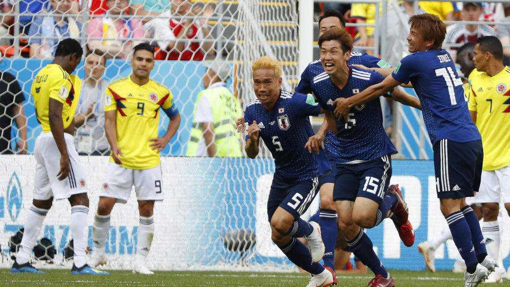 Japan's forward Yuya Osako (2ndR) celebrates with teammates after scoring a goal during the Russia 2018 World Cup Group H football match between Colombia and Japan at the Mordovia Arena in Saransk on June 19, 2018. / AFP PHOTO / Jack GUEZ / RESTRICTED TO EDITORIAL USE - NO MOBILE PUSH ALERTS/DOWNLOADS