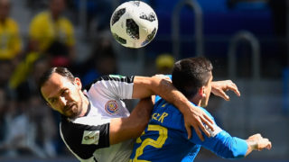 Costa Rica's forward Marco Urena (L) vies for the header with Brazil's defender Fagner during the Russia 2018 World Cup Group E football match between Brazil and Costa Rica at the Saint Petersburg Stadium in Saint Petersburg on June 22, 2018. / AFP PHOTO / CHRISTOPHE SIMON / RESTRICTED TO EDITORIAL USE - NO MOBILE PUSH ALERTS/DOWNLOADS