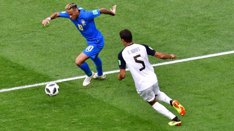 Brazil's forward Neymar (L) vies with Costa Rica's midfielder Celso Borges during the Russia 2018 World Cup Group E football match between Brazil and Costa Rica at the Saint Petersburg Stadium in Saint Petersburg on June 22, 2018. / AFP PHOTO / Giuseppe CACACE / RESTRICTED TO EDITORIAL USE - NO MOBILE PUSH ALERTS/DOWNLOADS