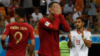 Portugal's forward Cristiano Ronaldo (C) reacts after missing a penalty during the Russia 2018 World Cup Group B football match between Iran and Portugal at the Mordovia Arena in Saransk on June 25, 2018. / AFP PHOTO / JUAN BARRETO / RESTRICTED TO EDITORIAL USE - NO MOBILE PUSH ALERTS/DOWNLOADS
