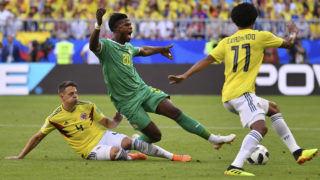 Senegal's forward Keita Balde (C) reacts as he is fouled by Colombia's defender Santiago Arias (L) next to Colombia's forward Juan Cuadrado (R) during the Russia 2018 World Cup Group H football match between Senegal and Colombia at the Samara Arena in Samara on June 28, 2018. / AFP PHOTO / EMMANUEL DUNAND / RESTRICTED TO EDITORIAL USE - NO MOBILE PUSH ALERTS/DOWNLOADS