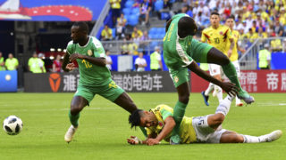 Colombia's forward Falcao (C) reacts after being fouled by Senegal's defender Kalidou Koulibaly (R) next to Senegal's defender Youssouf Sabaly during the Russia 2018 World Cup Group H football match between Senegal and Colombia at the Samara Arena in Samara on June 28, 2018. / AFP PHOTO / Luis Acosta / RESTRICTED TO EDITORIAL USE - NO MOBILE PUSH ALERTS/DOWNLOADS