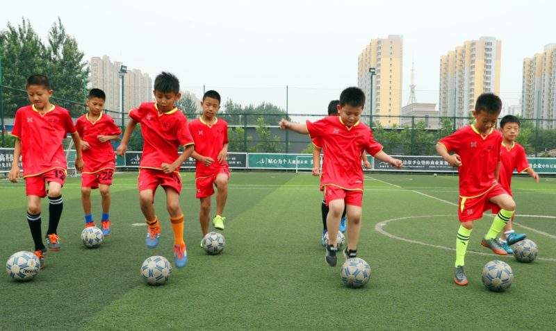 (180618) -- SHIJIAZHUANG, June 18, 2018 (Xinhua) -- Pupils receive a football training at a football field in Shijiazhuang City, north China's Hebei Province, June 18, 2018. People across China enjoy their three-day holiday during the Duanwu Festival. (Xinhua/Zhang Xiuke) (sxk)