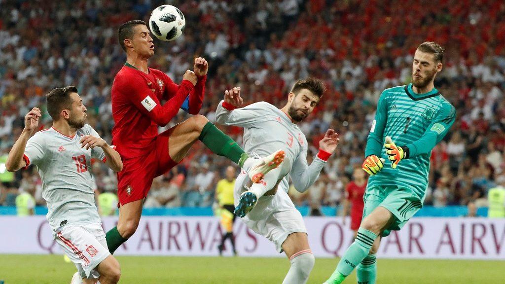Szocsi, 2018. június 15. A portugál Cristiano Ronaldo (b2), a spanyol Gerard Piqué (j2) és David de Gea spanyol kapus az oroszországi labdarúgó-világbajnokság B csoportjának elsõ fordulójában játszott Portugália - Spanyolország mérkõzésen a Fist Olimpiai Stadionban, Szocsiban 2018. június 15-én. A találkozó 3-3-as döntetlennel ért véget. (MTI/EPA/Javier Etxezarreta)