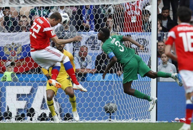 Moszkva, 2018. június 14. Az orosz Artyom Dzjuba befejeli válogatottja harmadik gólját a 2018-as oroszországi labdarúgó-világbajnokság Oroszország - Szaúd-Arábia nyitómérkõzésén a moszkvai Luzsnyiki stadionban 2018. június 14-én. Az orosz válogatott 5-0-ra gyõzött. (MTI/AP/Haszan Ammar)