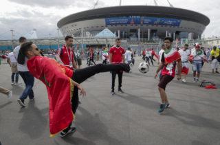 Szentpétervár, 2018. június 15.Marokkói (b) és iráni szurkolók fociznak az oroszországi labdarúgó-világbajnokság B csoportjának első fordulójában játszott Marokkó – Irán mérkőzés előtt a Szentpétervár Stadion előtt 2018. június 15-én. (MTI/AP/Dmitrij Loveckij)
