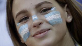 Moszkva, 2018. június 16.Argentin szurkoló, mielőtt megkezdődik az oroszországi labdarúgó-világbajnokság D csoportja első fordulójának Argentína - Izland mérkőzése a moszkvai Szpartak Stadionban 2018. június 16-án. (MTI/AP/Matthias Schrader)