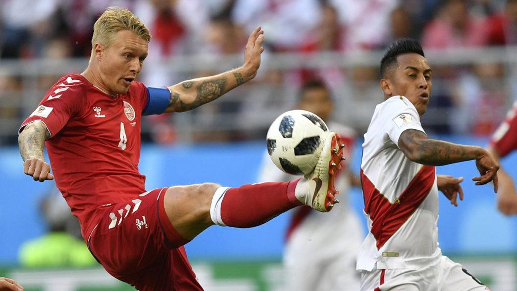 Szaranszk, 2018. június 16.A perui Christian Cueva (j) és a dán Simon Kjaer az oroszországi labdarúgó-világbajnokság C csoportja első fordulójában játszott Dánia - Peru mérkőzésen a szaranszki Mordovia Arénában 2018. június 16-án. (MTI/AP/Martin Meissner)