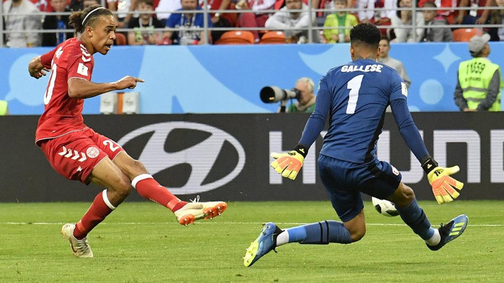 Szaranszk, 2018. június 16.A dán Yussuf Poulsen (b) gólt szerez az oroszországi labdarúgó-világbajnokság C csoportja első fordulójában játszott Dánia - Peru mérkőzésen a szaranszki Mordovia Arénában 2018. június 16-án. (MTI/AP/Martin Meissner)