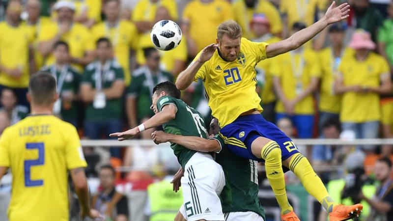 Jekatyerinburg, 2018. június 27.A mexikói Hector Moreno (b) és a svéd Ola Toivonen az oroszországi labdarúgó-világbajnokság F csoportjának harmadik fordulójában játszott Mexikó - Svédország mérkőzésen a Jekatyerinburg Arénában 2018. június 27-én. (MTI/AP/Martin Meissner)