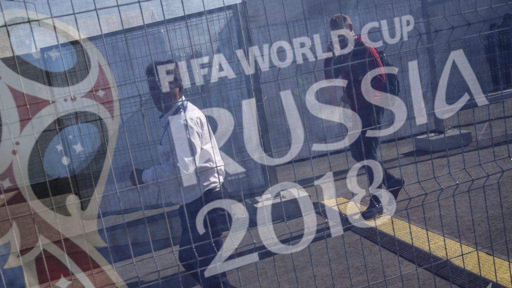 Szocsi, 2018. június 14. A 2018-as oroszországi labdarúgó-világbajnokság logója egy terelõkordonon, a szamarai Kozmosz Arénánál 2018. június 14-én, a vb kezdõnapján. (MTI/EPA/Wallace Woon)