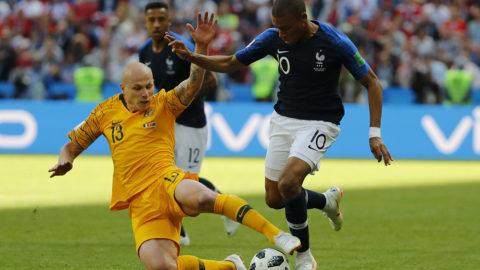 Kazany, 2018. június 16.Az ausztrál Aaron Mooy (b) és a francia Kylian Mbappe az oroszországi labdarúgó-világbajnokság C csoportjának első fordulójában játszott Ausztrália – Franciaország mérkőzésen a Kazany Arénában 2018. június 16-án. (MTI/EPA/Diego Azubel)