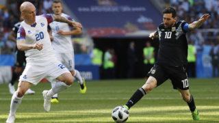 Moszkva, 2018. június 16.Az argentin Lionel Messi (j) és az izlandi Emil Hallfredsson az oroszországi labdarúgó-világbajnokság D csoportja első fordulójában játszott Argentína - Izland mérkőzésén a moszkvai Szpartak Stadionban 2018. június 16-án. (MTI/EPA/Felipe Trueba)