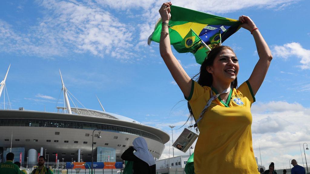 Szentpétervár, 2018. június 22.Brazil szurkoló, mielőtt megkezdődik a Brazília - Costa Rica mérkőzés az oroszországi labdarúgó-világbajnokság E csoportjának második fordulójában a Szentpétervár Stadionban 2018. június 22-én. (MTI/EPA/Tolga Bozoglu)