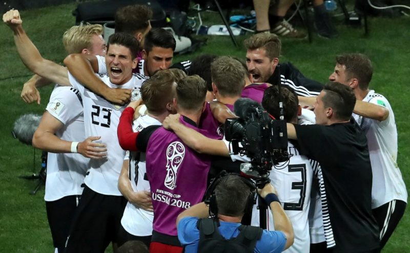 Szocsi, 2018. június 23. A német válogatott tagjai ünnepelnek, miután 2-1-re gyõztek az oroszországi labdarúgó-világbajnokság F csoportjának második fordulójában játszott Németország - Svédország mérkõzésen a szocsi Fist Stadionban 2018. június 23-án. (MTI/EPA/Mohamed Messzara)