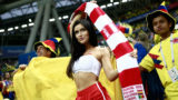 A Poland's fan poses with Colombia's fans before the Russia 2018 World Cup Group H football match between Poland and Colombia at the Kazan Arena in Kazan on June 24, 2018. / AFP PHOTO / Benjamin CREMEL / RESTRICTED TO EDITORIAL USE - NO MOBILE PUSH ALERTS/DOWNLOADS