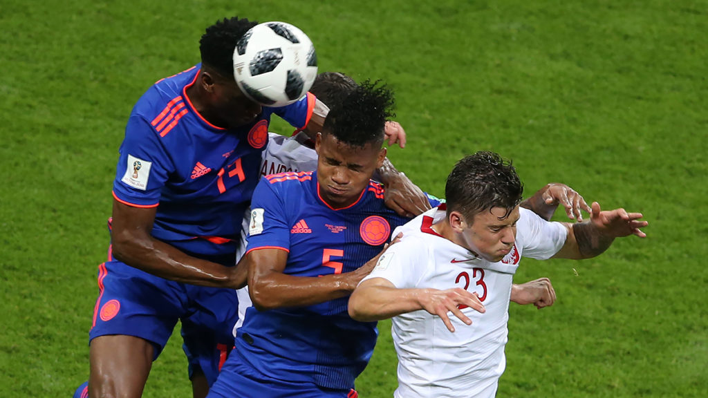 Colombia's defender Yerry Mina (L) heads the ball with Colombia's midfielder Wilmar Barrios (C) and Poland's forward Dawid Kownackiduring the Russia 2018 World Cup Group H football match between Poland and Colombia at the Kazan Arena in Kazan on June 24, 2018. / AFP PHOTO / Roman Kruchinin / RESTRICTED TO EDITORIAL USE - NO MOBILE PUSH ALERTS/DOWNLOADS