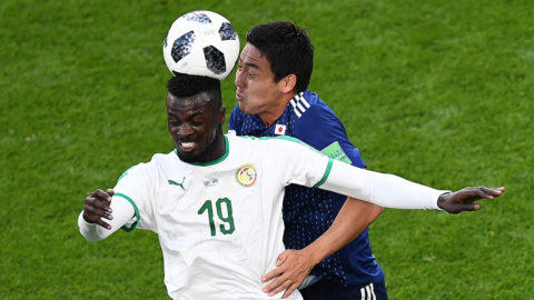 Japan's defender Gen Shoji (R) vies with Senegal's forward Mbaye Niang during the Russia 2018 World Cup Group H football match between Japan and Senegal at the Ekaterinburg Arena in Ekaterinburg on June 24, 2018. / AFP PHOTO / Anne-Christine POUJOULAT / RESTRICTED TO EDITORIAL USE - NO MOBILE PUSH ALERTS/DOWNLOADS
