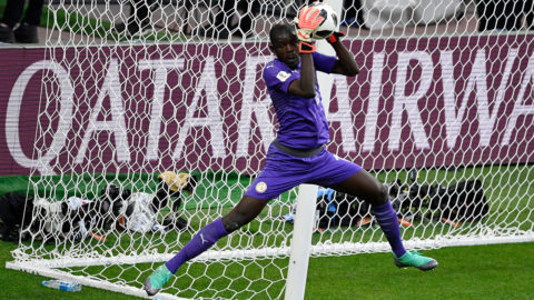 Senegal's goalkeeper Khadim N'Diaye catches the ball during the Russia 2018 World Cup Group H football match between Poland and Senegal at the Spartak Stadium in Moscow on June 19, 2018. / AFP PHOTO / Alexander NEMENOV / RESTRICTED TO EDITORIAL USE - NO MOBILE PUSH ALERTS/DOWNLOADS