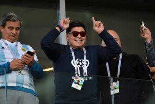 Moszkva, 2018. június 16. Diego Maradona egykori argentin futballistacsillag (k), mielõtt megkezdõdik az oroszországi labdarúgó-világbajnokság D csoportja elsõ fordulójának Argentína - Izland mérkõzése a moszkvai Szpartak Stadionban 2018. június 16-án. (MTI/EPA/Peter Powell)
