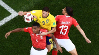 Sweden's forward Marcus Berg (C) vies with Switzerland's defender Manuel Akanji (L) and Switzerland's defender Ricardo Rodriguez during the Russia 2018 World Cup round of 16 football match between Sweden and Switzerland at the Saint Petersburg Stadium in Saint Petersburg on July 3, 2018. / AFP PHOTO / Jewel SAMAD / RESTRICTED TO EDITORIAL USE - NO MOBILE PUSH ALERTS/DOWNLOADS