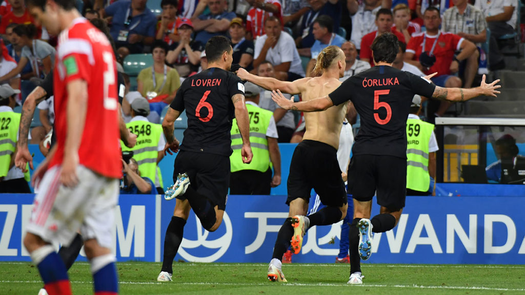Croatia's defender Domagoj Vida (2nd-R) celebrates after scoring during the Russia 2018 World Cup quarter-final football match between Russia and Croatia at the Fisht Stadium in Sochi on July 7, 2018. / AFP PHOTO / Nelson Almeida / RESTRICTED TO EDITORIAL USE - NO MOBILE PUSH ALERTS/DOWNLOADS