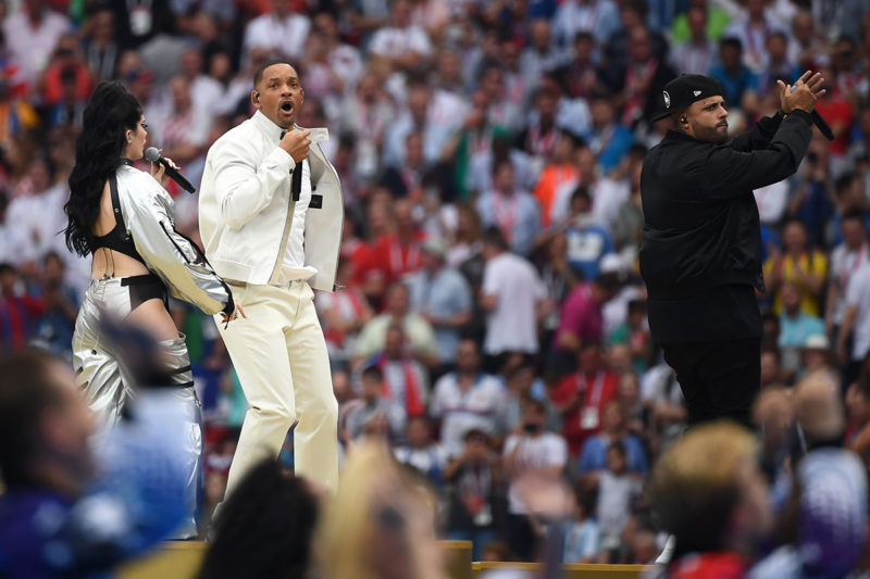 American actor Will Smith (C), American singer Nicky Jam (R), and Kosovar artist Era Istrefi perform during the closing ceremony of the Russia 2018 World Cup ahead of the final football match between France and Croatia at the Luzhniki Stadium in Moscow on July 15, 2018. / AFP PHOTO / Jewel SAMAD / RESTRICTED TO EDITORIAL USE - NO MOBILE PUSH ALERTS/DOWNLOADS