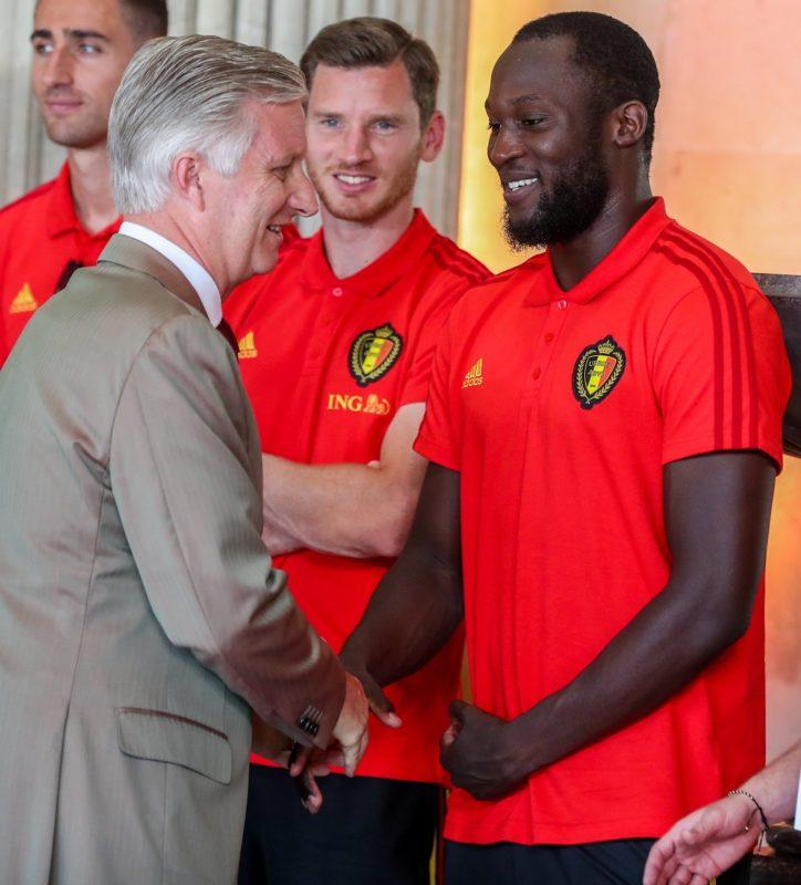 Brüsszel, 2018. július 16. Fülöp belga király (b) kezet fog Romelu Lukaku belga labdarúgóval az oroszországi labdarúgó-világbajnokságon harmadik helyezett belga válogatott fogadásán a laekeni kastélyban 2018. július 15-én (MTI/EPA/Stephanie Lecocq)