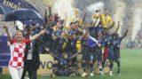 Moszkva, 2018. július 15. A francia játékosok ünnepelnek a világbajnoki trófeával az oroszországi labdarúgó-világbajnokság Franciaország - Horvátország döntõ mérkõzése után a moszkvai Luzsnyiki Stadionban 2018. július 15-én. Franciaország 4-2-re gyõzött. Balról Kolinda Grabar-Kitarovic horvát elnök. (MTI/EPA/Mahmud Háled)