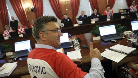 Zágráb, 2018. július 12. Andrej Plenkovic horvát miniszterelnök (j2) és a miniszterek a horvát válogatott mezében vesznek részt a kormányülésen 2018. július 12-én, miután Horvátország az elõz este legyõzte Angliát az oroszországi labdarúgó-világbajnokság elõdöntõjében, és bejutott a döntõbe. (MTI/AP)