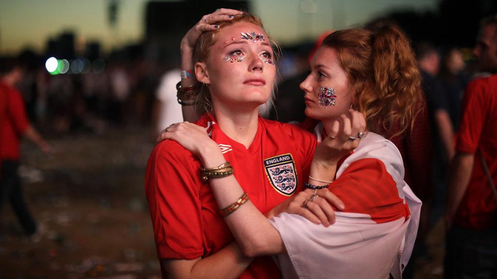 London, 2018. július 12.Csalódott angol szurkolók a londoni Hyde Parkban, miután csapatuk hosszabbítás után 2-1-re kikapott az oroszországi labdarúgó-világbajnokság elődöntőjében játszott Horvátország - Anglia mérkőzésen 2018. július 11-én. (MTI/AP/Matt Dunham)