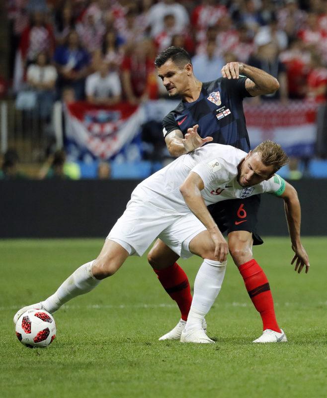 Moszkva, 2018. július 11.A horvát Dejan Lovren (j) és az angol Harry Kane az oroszországi labdarúgó-világbajnokság elődöntőjében játszott Horvátország - Anglia mérkőzésen a moszkvai Luzsnyiki Stadionban 2018. július 11-én. (MTI/EPA/Felipe Trueba)