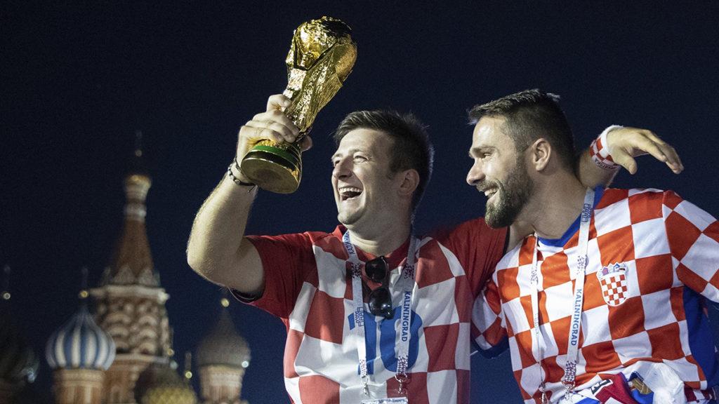 Moszkva, 2018. július 12.Horvát szurkolók a bajnoki trófea másolatával ünnepelnek a moszkvai Vörös téren, miután csapatuk hosszabbítás után 2-1-re győzött az oroszországi labdarúgó-világbajnokság elődöntőjében játszott Horvátország - Anglia mérkőzésen a moszkvai Luzsnyiki Stadionban 2018. július 11-én. (MTI/AP/Pavel Golovkin)
