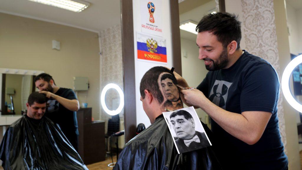 Újvidék, 2018. július 2. Diego Maradona visszavonult argentin válogatott labdarúgó képmását készíti el egy vendége kérésére egy szerb fodrász Újvidéken 2018. július 1-jén, az oroszországi labdarúgó-világbajnokság idején. (MTI/EPA/Koca Sulejmanovic)