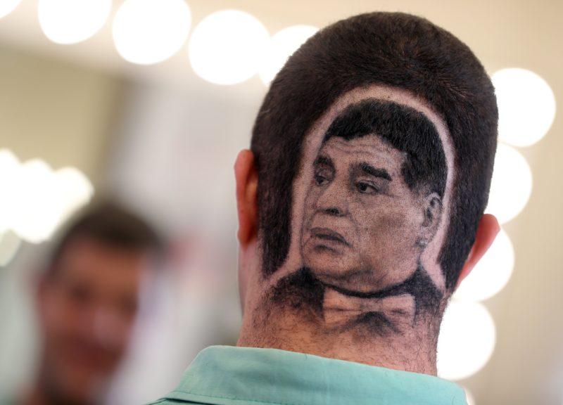 Újvidék, 2018. július 2. Diego Maradona visszavonult argentin válogatott labdarúgó képmását nyírták egy férfi hajába egy fodrászatban, a szerbiai Újvidéken 2018. július 1-jén, az oroszországi labdarúgó-világbajnokság idején. (MTI/EPA/Koca Sulejmanovic)