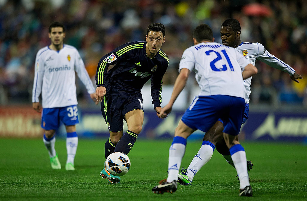 ZARAGOZA, SPAIN - MARCH 30: Mesut Ozil of Real Madrid CF controls the ball during the La Liga match between Real Zaragoza and Real Madrid CF at La Romareda Stadium on March 30, 2013 in Zaragoza, Spain. (Photo by Gonzalo Arroyo Moreno/Getty Images)