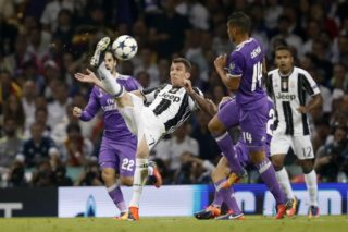 (L-R) Isco of Real Madrid, Mario Mandzukic of Juventus FC, Casemiro of Real Madrid, Daniel Carvajal of Real Madrid, Alex Sandro of Juventus FC 1-1during the UEFA Champions League final match between Juventus FC and Real Madrid on June 3, 2017 at the Millennium Stadium in Cardiff, Wales(Photo by VI Images via Getty Images)