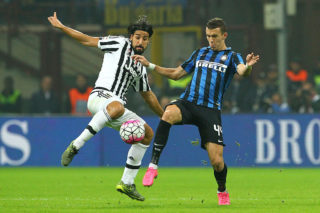 MILAN, ITALY - OCTOBER 18:  Sami Khedira of Juventus FC competes for the ball with Ivan Perisic FC Internazionale Milano during the Serie A match between FC Internazionale Milano and Juventus FC at Stadio Giuseppe Meazza on October 18, 2015 in Milan, Italy.  (Photo by Marco Luzzani/Getty Images)