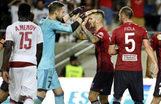 Felcsút, 2017. augusztus 3. Kovácsik Ádám kapus székesfehérvári kapus (b2) és csapattársai, Szolnoki Roland (j2) és Fiola Attila (j) ünnepelnek a labdarúgó Európa Liga-selejtezõ harmadik fordulójában játszott Videoton FC - Girondins Bordeaux visszavágó mérkõzés után a felcsúti Pancho Arénában 2017. augusztus 3-án. Mellettük Alexandre Mendy, a francia csapat játékosa (b). A Videoton bejutott a negyedik fordulóba, miután az idegenbeli 2-1-es vereségét követõen a visszavágón 1-0-ra gyõzött. MTI Fotó: Koszticsák Szilárd