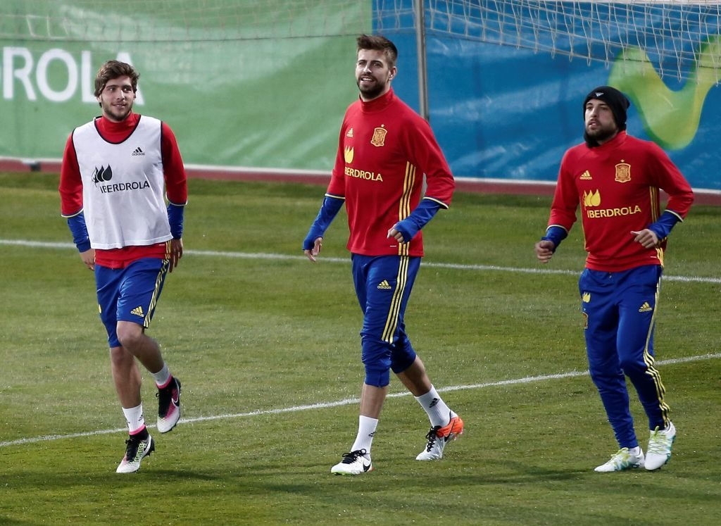 MADRID, SPAIN - MARCH 21: Spanish national soccer team's players attend a training session ahead of the preparation matches for UEFA EURO 2016 cup with the guidance of head coach Vicente del Bosque (R) at Spanish Football Association's facility in Madrid, Spain on March 21, 2016. Gerard Pique (C) and Sergi Roberto (L) warm up during the training session. Burak Akbulut / Anadolu Agency