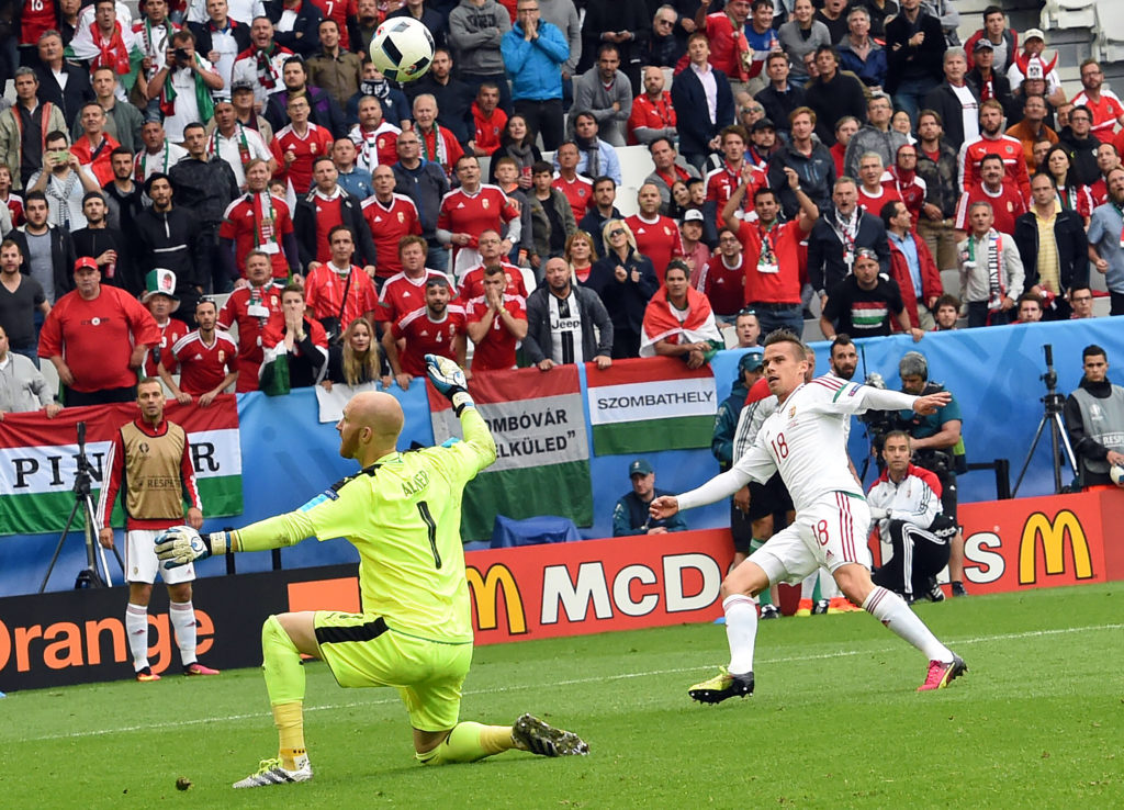 Hungary's midfielder Zoltan Stieber (R) scores his team's second goal during the Euro 2016 group F football match between Hungary and Austria at the Matmut Atlantique stadium in Bordeaux on June 14, 2016. / AFP PHOTO / Mehdi FEDOUACH