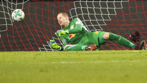 Leipzig´s Hungarian goalkeeper Peter Gulacsi (L)  fails to save the goal by Cologne's German midfielder Leonardo Bittencourt during the German first division Bundesliga football match RB Leipzig vs FC Cologne in Leipzig, eastern Germany, on February 25, 2018. / AFP PHOTO / ROBERT MICHAEL / RESTRICTIONS: DURING MATCH TIME: DFL RULES TO LIMIT THE ONLINE USAGE TO 15 PICTURES PER MATCH AND FORBID IMAGE SEQUENCES TO SIMULATE VIDEO. == RESTRICTED TO EDITORIAL USE == FOR FURTHER QUERIES PLEASE CONTACT DFL DIRECTLY AT + 49 69 650050