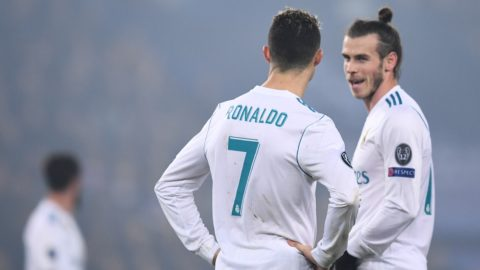 Real Madrid's Portuguese forward Cristiano Ronaldo (L) and Real Madrid's Welsh forward Gareth Bale (R) celebrate after winning the UEFA Champions League round of 16 second leg football match between Paris Saint-Germain (PSG) and Real Madrid on March 6, 2018, at the Parc des Princes stadium in Paris. / AFP PHOTO / FRANCK FIFE