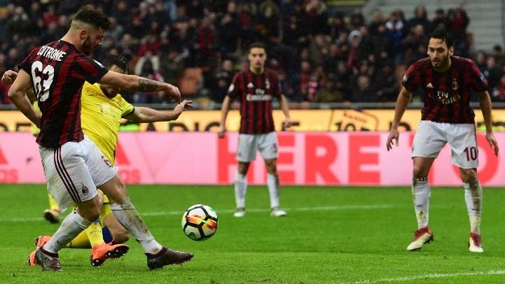 AC Milan's Italian forward Patrick Cutrone (L) scores during the Italian Serie A football match AC Milan vs AC Chievo at the San Siro stadium in Milan on March 18, 2018. / AFP PHOTO / MIGUEL MEDINA