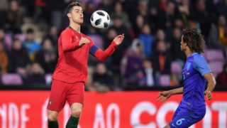 Portugal's forward Cristiano Ronaldo (L) fights for the ball with the Netherlands' defender Nathan Ake during the international friendly football match between Portugal and Netherlands at Stade de Geneve stadium in Geneva on March 26, 2018. / AFP PHOTO / Fabrice COFFRINI