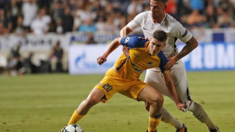 Apoel FC's Hungarian midfielder Roland Sallai (L) vies for the ball against Tottenham Hotspur's Belgian defender Toby Alderweireld (C) during the UEFA Champions League football match between Apoel FC and Tottenham Hotspur at the GSP Stadium in the Cypriot capital, Nicosia on September 26, 2017.  / AFP PHOTO / Florian CHOBLET