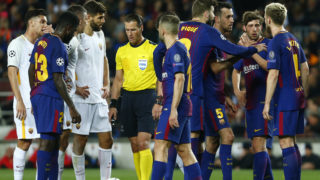 Barcelona and Roma players gather around Dutch referee Danny Makkelie (C) during the UEFA Champions League quarter-final first leg football match between FC Barcelona and AS Roma at the Camp Nou Stadium in Barcelona on April 4, 2018. / AFP PHOTO / Pau Barrena