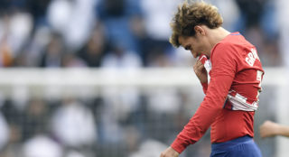Atletico Madrid's French forward Antoine Griezmann reacts at the end of the Spanish league football match between Real Madrid CF and Club Atletico de Madrid at the Santiago Bernabeu stadium in Madrid on April 8, 2018. / AFP PHOTO / GABRIEL BOUYS